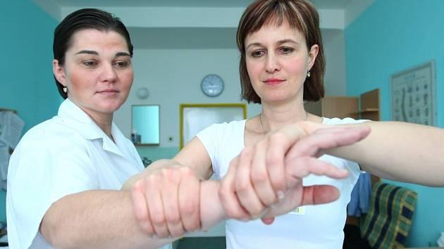 EXTRAPYRAMYDOVÁ PORADNA . Pacientům tu pomáhá specialistka MUDr. Denisa Šímová zdravotní sestra  Michala Chalupova.