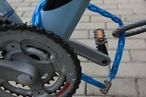 ZAMČENÉ KOLO může zloděj také ukrást. Doporučuje se si kolo neustále střežit.