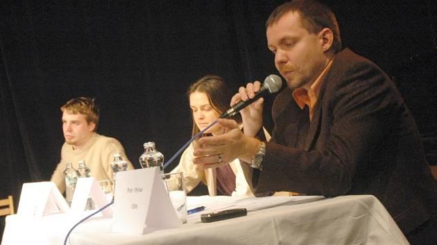 DISKUZE. Odvahu předstoupit před veřejnost našli Petr Olyšar (v pravo) a Zuzana Kocumová.