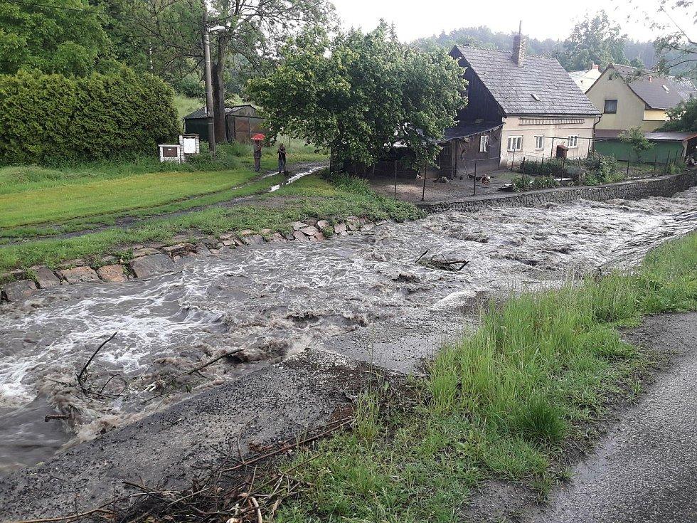 Déšť rozvodnil potoky i řeky.