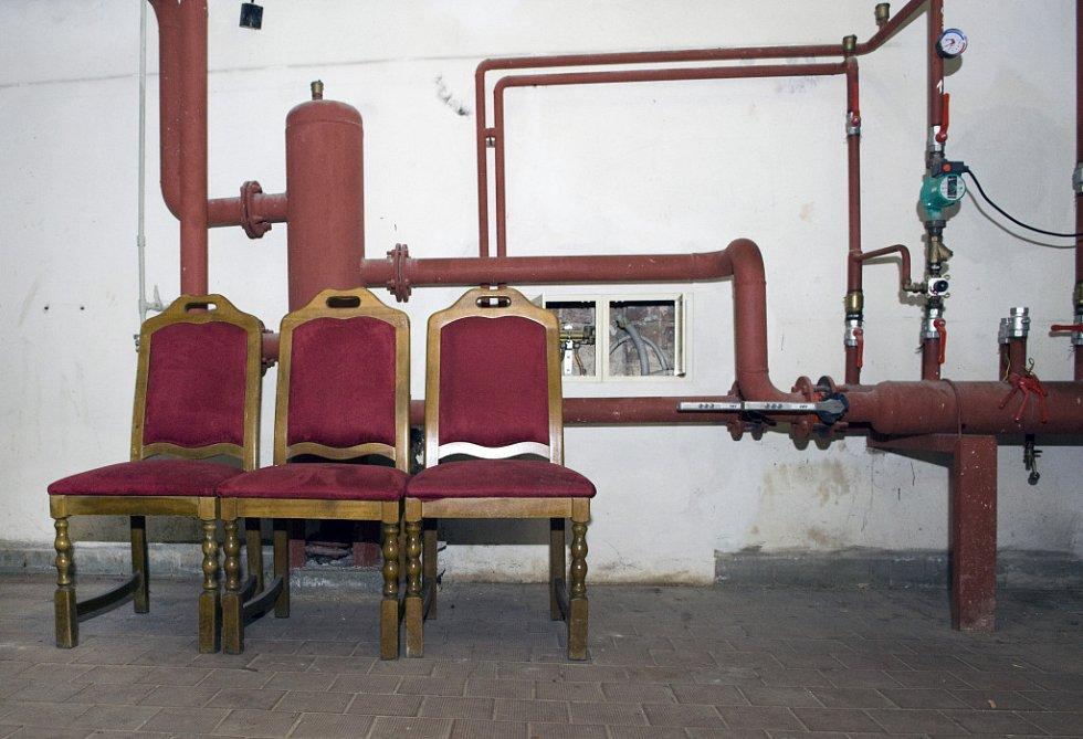 Interiér kavárny Pošta, některé kousky původního nábytku.