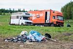Louka na okraji Liberce, na které proběhla technoparty Czarotek Free Party (na snímku z 2. května) je již téměř prázdná. Zůstalo zde několik posledních obytných vozů a na hromadách nashromážděné odpadky.