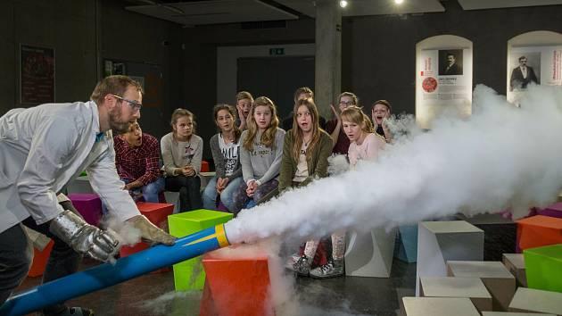 Věda je zábava. Názorné pokusy a výukové programy připravuje iQlandie pro běžné návštěvníky i pro školy.