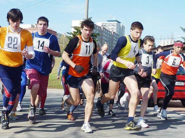 START BĚHU NA PROSEČSKOU CHATU. Na trať závodu do vrchu vyráží se startovními čísly 22 Calda, 14 Holec, 11 Urbánek, 4 Kučera, 3 Hanel.