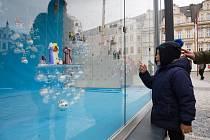 Na náměstí Dr. Edvarda Beneše v Liberci si lidé mohou prohlédnout skleněný betlém, který tvoří 34 hutních figur z dílny Zdeňka Sochora.