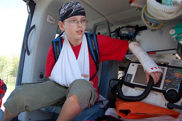 Žáci si osahali lékařské vybavení záchranářského vrtulníku