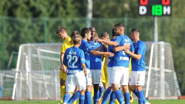 MOL Cup. Fotbalisté Liberce se radují po vstřelené brance na hřišti Mariánských Lázní.