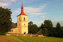 JEŠTĚ PÍSKOVÝ. Na kostele v Letařovicích začala první část obnovy, oprava omítky na barokní věži. Až bude hotova celá fasáda, dojde i na nový nátěr. Měl by být bílo cihlový.