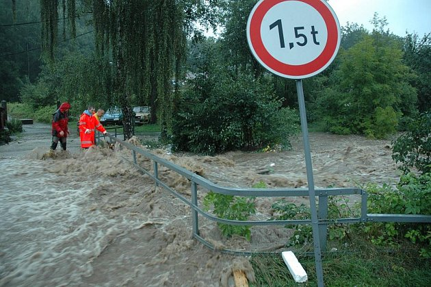 Vlna povodní zaplavila centrum Chrastavy. Nejhorší situace nastala podél říčky Jeřice v ulici Frýdlantská a Nádražní.