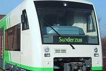 MODERNÍ VLAKY. Od konce roku 2011 budou na tratích Libereckého kraje jezdit švýcarské vozy Regio Shuttle RS1. Dolní snímek představuje navrhovaný design pro zdejší tratě.