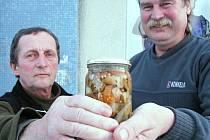 Jiří Hudeček a Jaroslav Burda (zleva) vědí, že houby s octem jsou gastronomickým zážitkem.