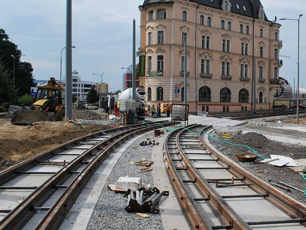 Rekonstrukce tramvajové trati. JEDNÍM ze sporných úseků je ičást přes bývalou Textilanu. Zakázka byla mimo jiné rozdělena ikvůli nejasným záměrům holandského vlastníka pozemků bývalé továrny.