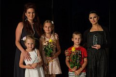 Vyhlášení výsledků třetího ročníku ankety Liberecká Thálie proběhlo 30. srpna na náměstí Dr. E. Beneše v Liberci. Na snímku vlevo je pěvkyně Livia Obručník Vénosová a vpravo baletka Maria Gornalova.