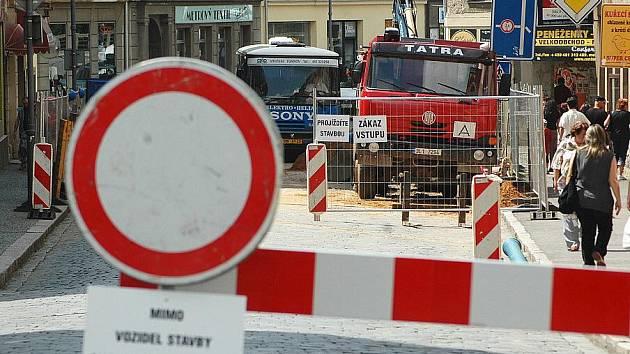 UZAVÍRKA. Letos v létě se mají obyvatelé Turnova na co těšit. Kvůli stavbě kanalizace bude uzavřena výpadovka na Semily. Dopravní uzavírky kvůli kanalizaci probíhají již od loňska (na snímku).