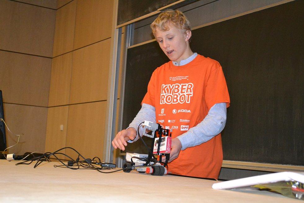 Kryštof Hron zLiberce předvedl robota mapujícího nepřístupný terén. Soutěž ve stavění robotu na TUL.