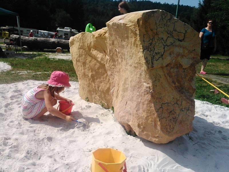 Pískovcové skalky v Autokempu Sedmihorky poslouží výuce i sportu.