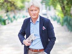 MR. ETIKETA. Ladislav Špaček v Česku platí za odborníka přes společenské chování a etiketu. Vydává knihy a točí televizní pořad.