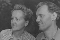 JOSEF TOMÍČEK. Učitel, překladatel, muzikant, výtvarník a také skvělý fotograf, s širokým záběrem a účastí na mnoha výstavách. Na snímku s manželkou Libuší.
