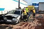 Kamiony sevřely v liberecké Nádražní ulici osobní auto. Nehoda skončila jen lehkým zraněním.