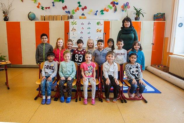 Prvňáci z1. B Základní školy Nové Město pod smrkem se fotili do projektu Naši prvňáci. Na snímku je snimi třídní učitelka Jitka Osterová.