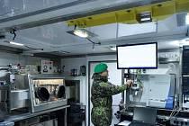 NÁČELNÍK CHEMICKÉ LABORATOŘE DUŠAN TREFILÍK ukazuje nejmodernější technologie, kterými je nová mobilní chemická laboratoř vybavená.