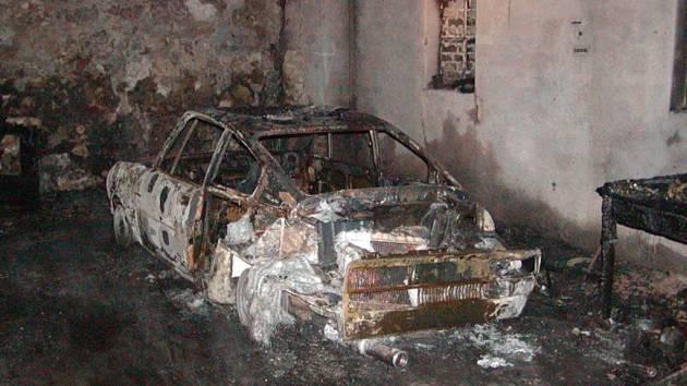 Požár garáže a vozu v jablonném v Podještědí.