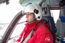 PŘI LETU VRTULNÍKEM musí být pilot maximálně soustředěný.