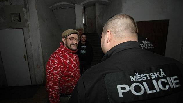 Ubytovna v Machníně přitahuje problémy. Strážníci jsou tam častými hosty.