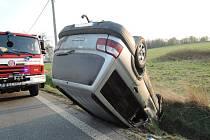 Auto se u Frýdlantu převrátilo na střechu, řidič skončil v nemocnici.