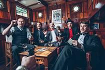 VLTAVA. K připravované desce, která vyjde příští rok, nafotila kapela i nové promo fotky na lodi.