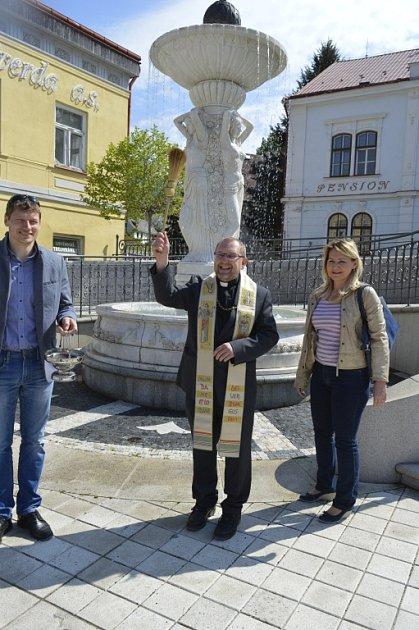 LÁZEŇSKÉ SEZÓNĚ iprameni požehnal farář Pavel Andrš, vpravo ředitelka lázní Světlana Kulbáblová.