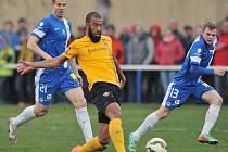 Slovan prohrál s Dynamem Drážďany 1:2. Na snímku je ve žlutém drážďanský Comwalius mezi Pimparou a Henzlem.