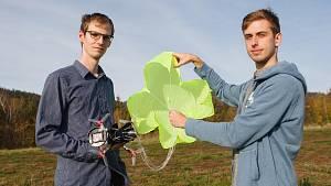 František Manlig a Martin Klesal při testování dronu s padákem
