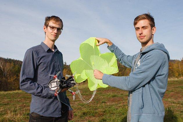 František Manlig a Martin Klesal (zleva) při testování dronu spadákem.