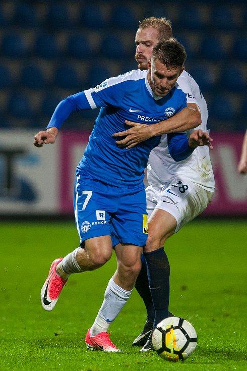 Zápas 8. kola první fotbalové ligy mezi týmy FC Slovan Liberec a 1. FC Slovácko se odehrál 25. září na stadionu U Nisy v Liberci. Na snímku Zdeněk Folprecht (v modrém) a Vlastimil Daníček.