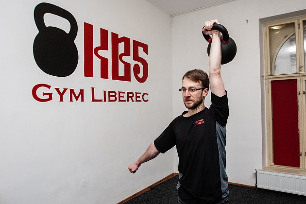 Cvičitel Jakub Mirovský vlibereckém gymu KB5.