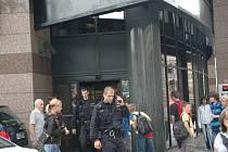 TADY TAKÉ NE. Dva plané poplachy vyhnaly v pátek do ulic policejní jednotky. Ani v pobočce Komerční banky na lupiče policisté nenarazili. Nahlásili situaci na operační středisko a odjeli.