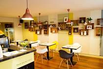 V Café Blond servírují vtipy o blondýnkách i domácí dorty.