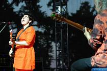 Sinéad O'Connor koncertovala 3. července v zahradě zámku Sychrov. Před hlavním koncertem zaspíval Petr Kolář.