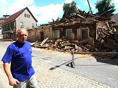 BOURÁNÍ ZAČALO. Z domu na Husově ulici zatím včera zmizelo první patro.