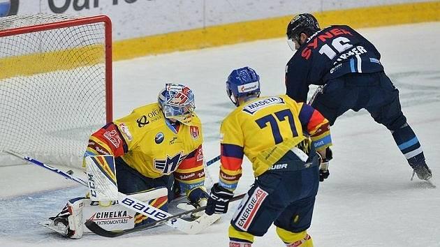 Liberecký útočník Michal Birner právě překonává českobudějovického brankáře Jana Strmeně.