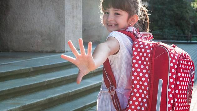 POPRVÉ DO ŠKOLY. Děti naštěstí ceny školních pomůcek řešit nemusí. Jedinou jejich starostí zůstává, aby se jim co nejvíce líbily a zpříjemňovaly jim dny ve škole.