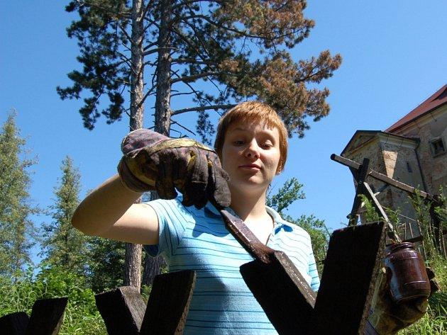 DOBROVOLNÍCI. Olga Okhrimenko přijela na Grabštějn z Ukrajiny. Společně s ostatními dívkami patřilo mezi její úkoly natřít plot u hradu.