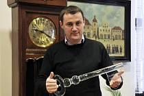 Problém, který je pro starosty klíčový, symbolizoval skleněný klíč, jež předali vládě. Na snímku Martin Půta.