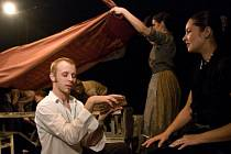 TRAGIKOMICKOU SCHOVANKU nastudoval ruský, dnes už, legendární režisér Lev Borisovič Erenburg.