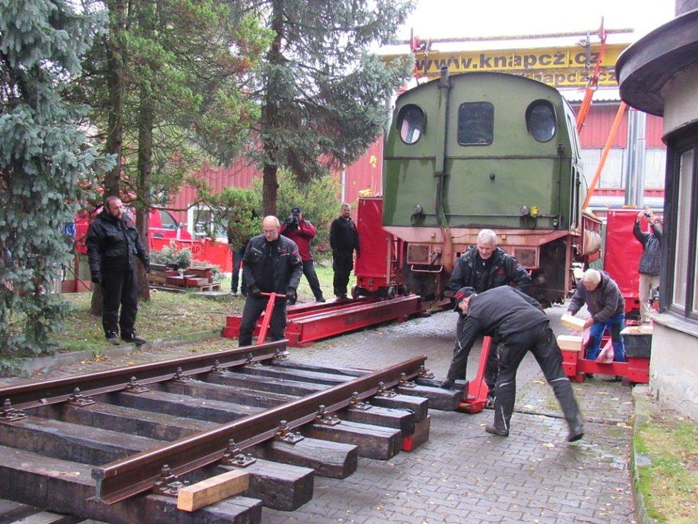 Lokomotivu z Německa stěhovali dva dny, už je zaparkovaná.