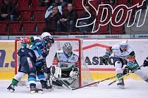 BITVA. Utkání 33. kola Tipsport extraligy HC Energie Karlovy Vary – HC Bílí Tygři Liberec (v modrém) vyhráli hosté.