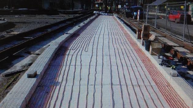 Zastávky vyhřívají topné kabely, které jsou pod dlažbou.
