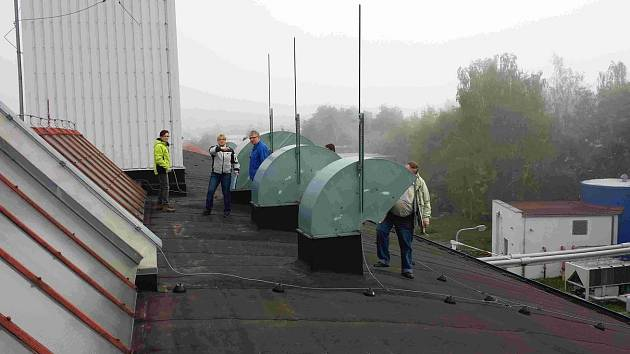 Inspektoři ČIŽP z Liberce a Prahy při odběru spalin na střeše temperatioru. Ty se pak zkoumaly ve speciální laboratoři.