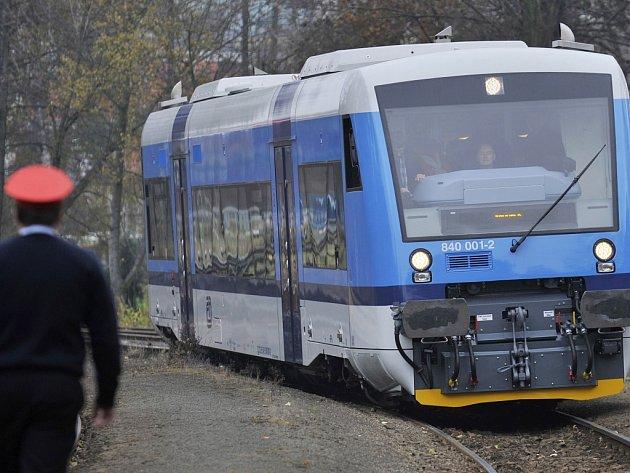 VOZY STADLER Českých drah zatím smí oficiálně pouze na nádraží v Harrachově. Dál do Polska potřebují zvláštní povolení polského drážního úřadu. ČD stále doufají, že do neděle stačí vše vyřídit.